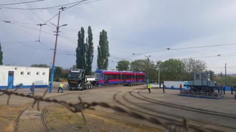 Primul tramvai nou produs de Astra Arad a ajuns marţi dimineaţă la Oradea (FOTO)