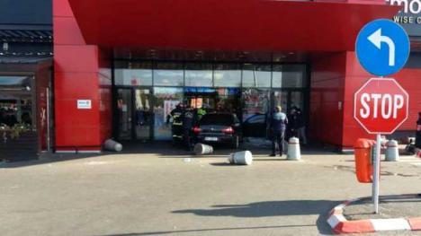 A intrat cu mașina într-un mall din România. Mai multe persoane au fost rănite, un bărbat a fost înjunghiat (FOTO/VIDEO)