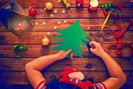'Să redescoperim Crăciunul de altădată': Orădenii sunt invitați la Muzeul Țării Crișurilor la ateliere de confecţionat ornamente