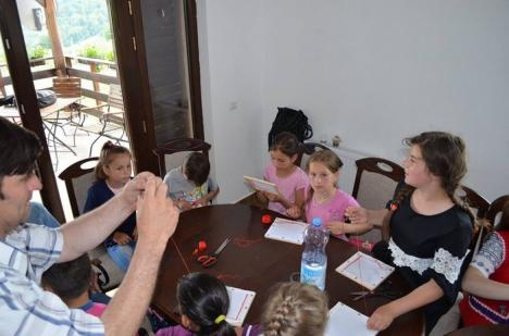 Fiţi creativi! O sută de elevi bihoreni au învăţat cum să creeze, la 15 ateliere dedicate lor (FOTO)