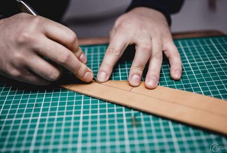 Atelierul magic: Un bihorean duce mai departe tradiția familiei, creând produse inedite din piele (FOTO / VIDEO)