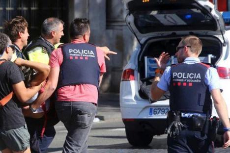 Atacuri teroriste la Barcelona. Două mașini au intrat în mulțimi, printre răniți și un român (VIDEO)