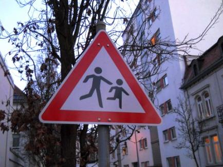 Doi copii au fost răniţi în timp ce traversau în fugă şoseaua