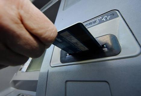 O  grupare de falsificatori de carduri care a făcut shopping de 300.000 euro cu carduri falsificate a fost trimisă în judecată (VIDEO)