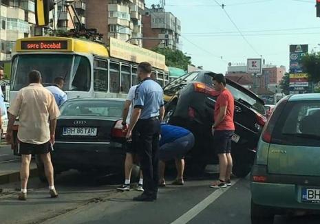 Tamponare cu 4 maşini pe Bulevardul Decebal din Oradea: Un Hyundai a urcat peste un Audi. La Ceica, un motociclist a lovit o biciclistă