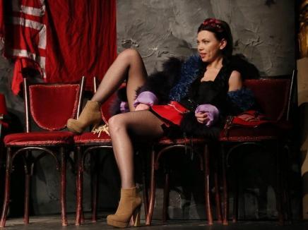 Premieră la Teatrul Regina Maria: Mircea Cornişteanu prezintă un spectacol despre tinerele care devin marfă vie în străinătate