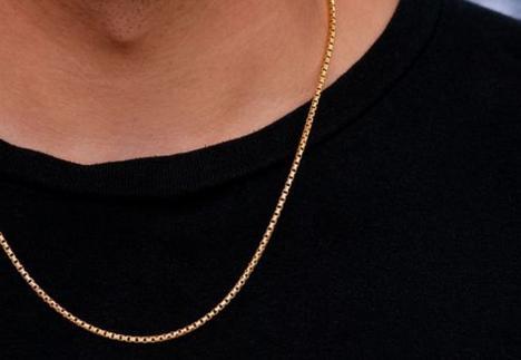 'Dă lanţul!'. Un adolescent a fost jefuit pe stradă în Salonta. Făptaşul are 17 ani