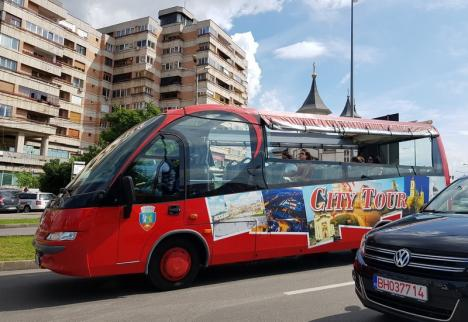 Cum circulă autobuzul de agrementşi tramvaiul de epocă, în Oradea