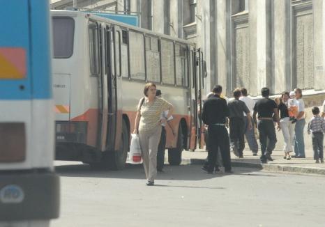 Atenţie la bagaje! O femeie a rămas fără o plasă în timp ce cobora dintr-un autobuz