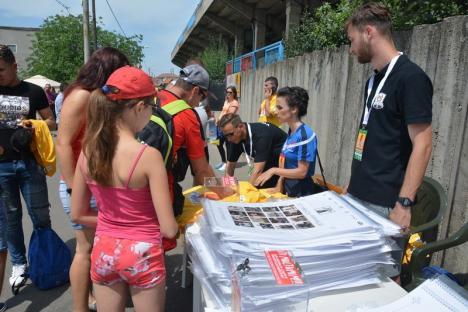 Mii de orădeni s-au strâns la Stadionul Municipal ca să primească autografe şi să facă fotografii cu starurile fotbalului românesc (FOTO)