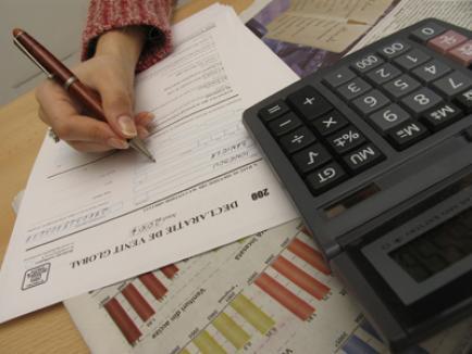 Angajaţii plătiţi din drepturi de autor nu vor mai trece lunar pe la trei ghişee