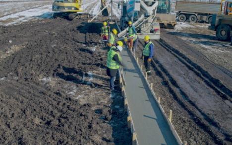 Lecţie pentru politruci: Un om de afaceri a construit din banii lui primul metru de autostradă din Moldova. Vezi cât l-a costat! (VIDEO)