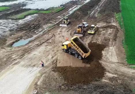 Vizită electorală la Autostradă: Ministrul Transporturilor, Răzvan Cuc, vine în Bihor să se pozeze 'în noroaie'