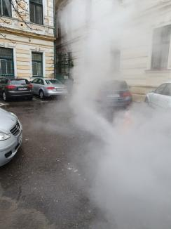 Un gheizer înalt de peste 6 metri, izvorât din asfaltul străzii Libertăţii din Oradea a opărit maşinile şi clădirile din jur (FOTO/VIDEO)