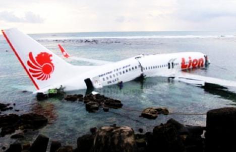Catastrofă aviatică. 189 de pasageri şi-au pierdut viaţa în urma prăbuşirii unui avion în Indonezia