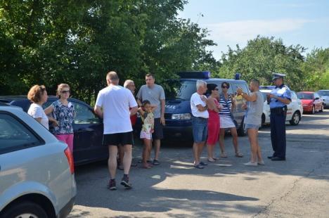 """Protest... cu ridicări: """"Hingherii"""" de maşini au descins în cartierul Europa când localnicii protestau împotriva vizitatorilor din Ócska (FOTO)"""