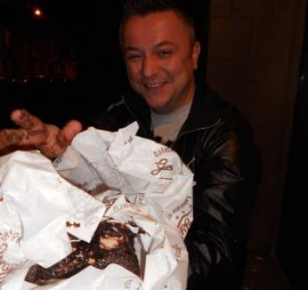 De ziua lui, Gabi de la Oradea şi-a scăpat tortul din braţe