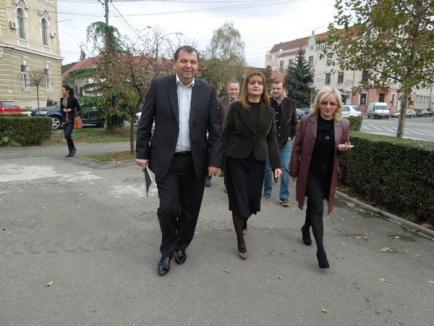 """Dueul prefecţilor: Gavrilă Ghilea i-a înmânat lui Claudiu Pop """"cartea neagră a guvernării USL"""" (FOTO)"""