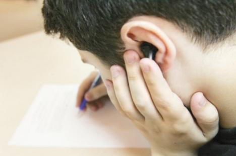Şi-au ratat şansa! Şapte tineri din Bihor, eliminaţi de la Bacalaureat după ce au intrat în sala de examen cu telefoane şi căşti