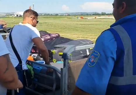 'Mulţumim CJ Bihor!'. La Aeroportul Oradea, bagajele pasagerilor se livrează direct din... 'trotinetă' (VIDEO)