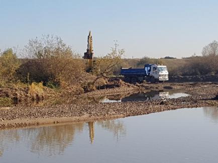 Au 'mutat' Crişul! Garda de Mediu Bihor a depistat la Sîntandrei o balastieră ilegală, care a deviat şi cursul Crişului Repede (FOTO)
