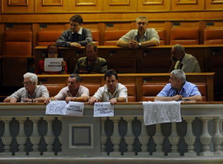 Emil Boc, huduit şi în Parlament, şi afară