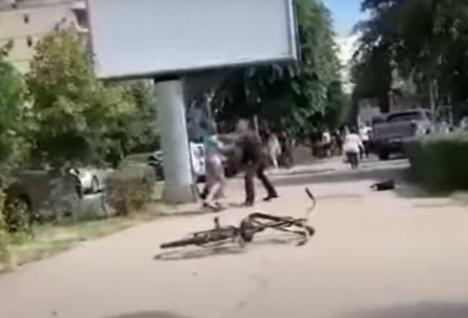 Un bărbat a fost înjunghiat în centrul Devei. Câțiva martori s-au amuzat și au filmat incidentul (FOTO / VIDEO)