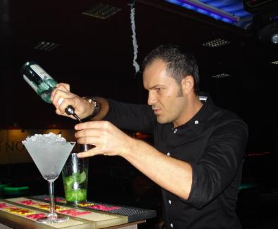 Concurs de preparat cocktail-uri, cu public