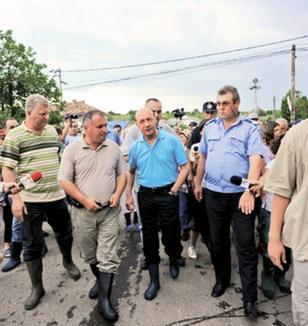 Băsescu: Statul n-are bani să prevină inundaţiile, sinistraţii să termine cu isteriile