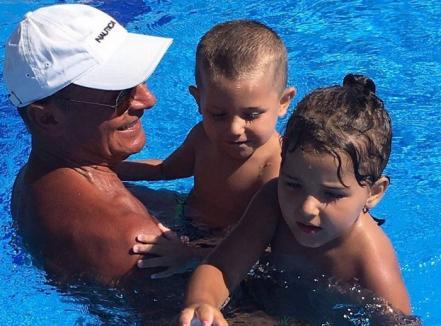 Traian Băsescu, la piscină cu nepoţii. De ce s-au scandalizat mămicile