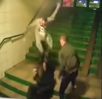 Violenţă extremă: Bărbat de 66 de ani, bătut fără milă de doi tineri (VIDEO)