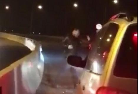 Bătaie pe şoseaua de centură a Oradiei: După o tamponare uşoară, doi şoferi s-au luat la pumni (VIDEO)