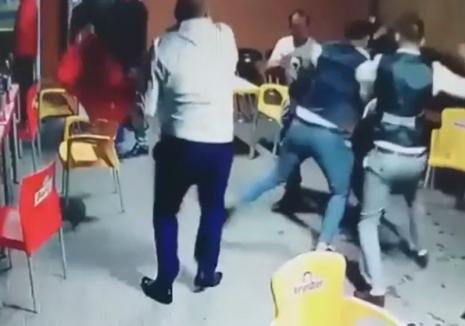 L-au bătut pentru că avea mers de şmecher: Doi bihoreni au ajuns în arest după ce s-au îmbătat şi au făcut scandal într-o crâşmă din Cociuba Mare