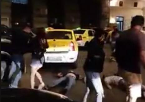 Bătaie în Centrul Vechi din Capitală: Doi bărbaţi, lăsaţi inconştienţi în plină stradă! (VIDEO)