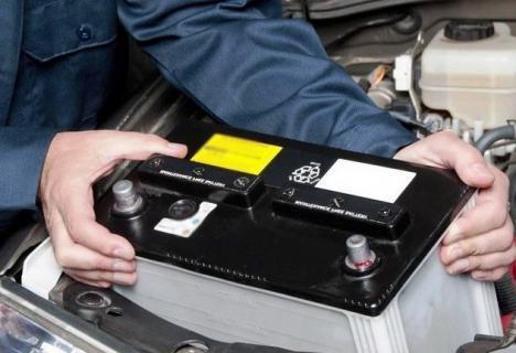 Atenţie cum vă reparaţi maşina: Un orădean e în stare gravă la spital, după ce i-a explodat bateria în faţă!