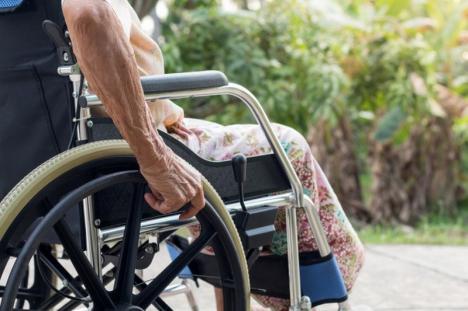 Caz revoltător în Bihor: O femeie care a suferit un accident vascular şi a fost trimisă acasă din Anglia nu e primită de familie de spaima coronavirusului