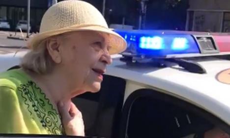Bătrânică amendată pentru că… a traversat strada prea lent! (VIDEO)