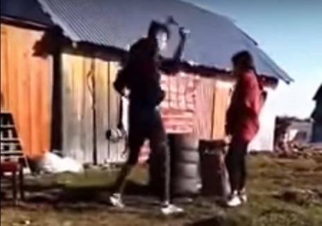 Adolescentă gravidă, bătută cu biciul de iubit şi pusă în genunchi, să jure credinţă. Mama ei filma (VIDEO)