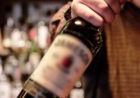 Ghinion maxim pentru un hoţ de 17 ani din Oradea: poliţiştii l-au prins tocmai când voia să deschidă sticla cu whisky furată