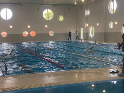 Bazinul didactic de înot din Săcueni, inaugurat cu întârziere, în prezenţa mai multor politicieni (FOTO)