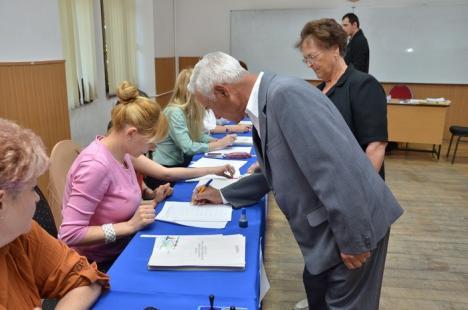 Votarea a început fără probleme. Bolojan - cel mai matinal politician, Kiss - cel mai vesel, PSD-iştii - cei mai mulţi (FOTO)
