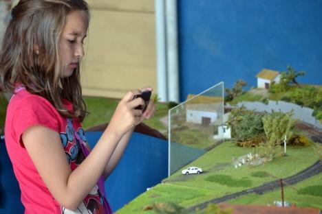 Micuţii orădeni, fascinaţi de trenuleţele în miniatură expuse la Colegiul Iosif Vulcan (FOTO)