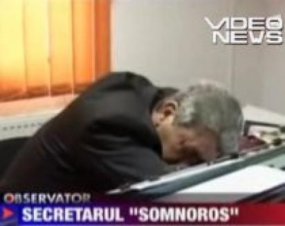 Cherchelit, secretarul unei primării doarme cu capul pe birou (VIDEO)