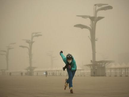 Cod roşu de poluare în Beijing: Milioane de maşini vor fi interzise pe străzi, iar fabricile vor fi închise