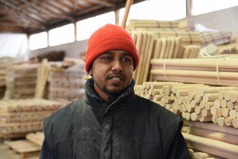 Bengalezi de Bihor: Povestea cetățenilor din Bangladesh care au venit în Topa de Jos să lucreze la producerea de steaguri românești (FOTO / VIDEO)