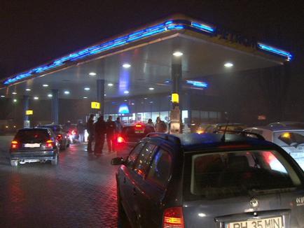 """Zeci de tineri orădeni au """"atacat"""" benzinăriile din oraş: Unul a alimentat de 15 bani (FOTO)"""