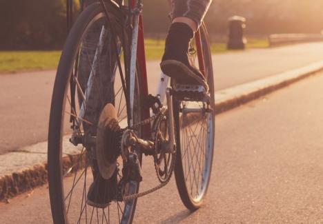 Un biciclist a murit cu capul zdrobit pe un drum comunal. Căzuse de pe bicicletă şi a fost lovit de o maşină