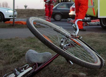 Accident stupid cu urmări grave: O biciclistă din Salonta a fost izbită de portiera deschisă de un şofer neatent
