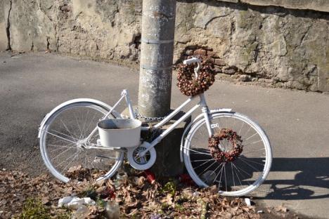Bicicleta unei tinere, victimă într-un accident rutier, a fost vandalizată de hoți