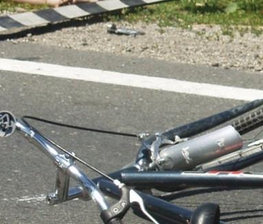 Un biciclist a murit, după ce a coborât cu viteză pe o pantă şi s-a izbit de un gard de beton